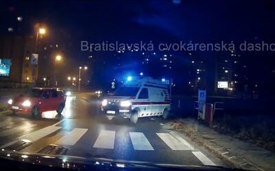 Vodič bratislavskej sanitky poslal cez amplión blokujúceho šoféra do pi*e. Vo vypätej situácii bolo nadávok dokonca o čosi viac