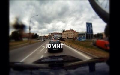 Vodič JBLNT a skrátil si cestu pri čakaní na semafore