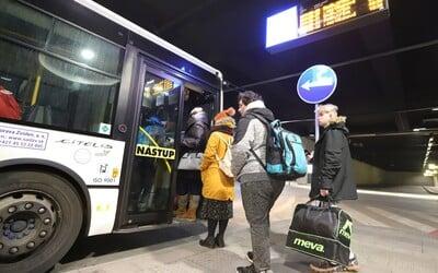 Vodič si nevšimol 19-ročnú Slovenku, ktorá zaspala v autobuse. Po konci služby ju omylom zamkol vo vozidle a odišiel