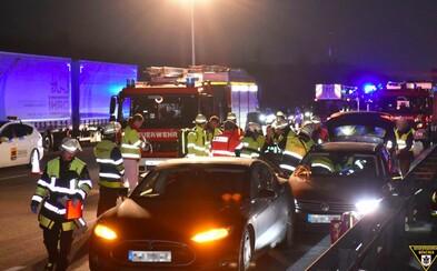 Řidič Tesly zřejmě zachránil život šoférovi přímo na dálnici. Nechal ho do sebe narazit, protože za volantem upadl do bezvědomí