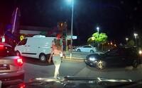 Vodič v Drive Thru zatrúbil na okoloidúcu ženu. Oľutoval to vo chvíli, keď vystúpil jej frajer, prišiel k jeho autu a vynadal mu