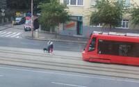 Vodička MHD nielenže počkala na slepca, no vybehla z električky a pomohla mu nastúpiť. Dobrý skutok ľudí na internete dojal