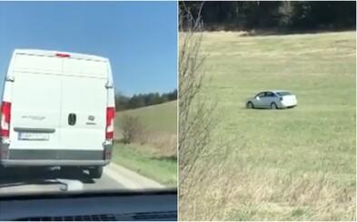 Vodičovi z okolia Prešova sa nechcelo čakať v kolóne. Autá obehol cez pole pri ceste