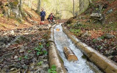 Vodný žľab Rakytovo je jednou z najfascinujúcejších technických pamiatok Slovenska a môžete ho nájsť neďaleko Banskej Bystrice