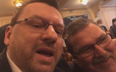 Volný a Bojko opět přišli do Sněmovny bez ochrany úst a nosu. Zasahovala ochranka