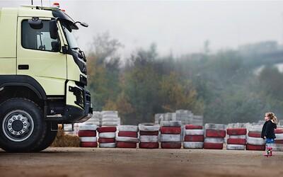 Volvo opäť boduje videom, tentokrát nechalo rozbiť 18-tonový truck 4-ročným dievčatkom