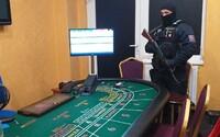 Vpředu půjčovna svatebních šatů, vzadu nelegální hazard. Celníci se samopaly objevili v Sapě tajnou hernu