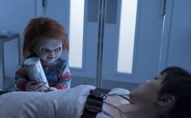 Vraždiaca bábika Chucky s čiernym zmyslom pre humor prenasleduje svoje obete na nových fotkách blížiaceho sa hororu Cult of Chucky