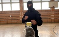 Vrchnák z fľaše v rámci výzvy odkopáva aj slovenská polícia, mesiac po ostatných