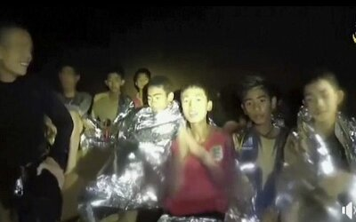 Všech 12 chlapců a trenér, kteří byli uvěznění v thajské jeskyni, jsou venku!