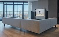 Vstúp s nami do minimalistického bytu so žižkovskou televíznou vežou v obývacej miestnosti