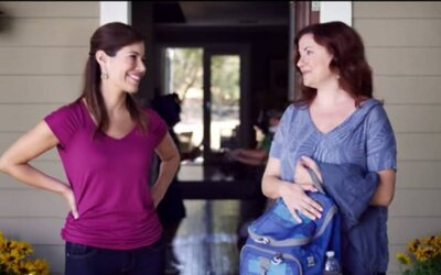 Vtipná reklama upozorňuje na nebezpečenstvo zbraní v domácnosti