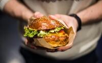 Výborný burger a nádherné prostory. V Praze otevřel oblíbený bratislavský podnik svoji už druhou pobočku
