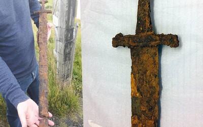 Vybrali sa na lov husí a namiesto toho našli 1000-ročný vikinský meč. Na Islande sa len tak povaľoval v tráve