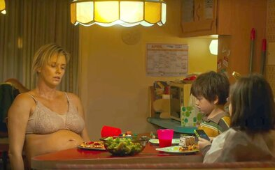 Vyčerpaná matka Charlize Theron a pestúnka jej detí vám v lákavej dramédii Tully vyčaria na tvári nejeden úsmev