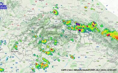 Východ Slovenska sa zmieta v silných búrkach a krupobití