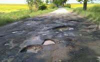 Východniarom z Košickej Polianky došla trpezlivosť, výtlky na ceste opravili za vlastné