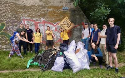 Vydali jsme se uklízet Prahu s dobrovolníky, kteří se takto schází každý týden. Přidat se můžeš i ty (Reportáž)
