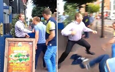 Vyhazovač si elegantně poradil se dvěma agresivními muži. Uštědřil jim pár ran a všem ukázal, kdo je pánem situace