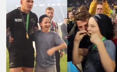 Vyhral majstrovstvá sveta v rugby, ale svoju medailu daroval mladému fanúšikovi. Novozélanďan Williams očaril svojím gestom svet