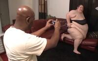Vykrmil ji tak, že se nedokázala bez pomoci sprchovat či oblékat. Sexuálně je to vzrušovalo