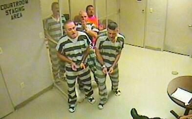 Vylomili dvere na zadržiavacej cele, aby zachránili život strážnikovi s infarktom. Väzni porušili pravidlá, ale urobili správnu vec