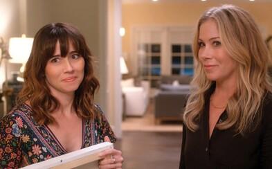 Vynikající seriál Dead To Me od Netflixu skončí s poslední, 3. sérií. Kdy se jí dočkáme?