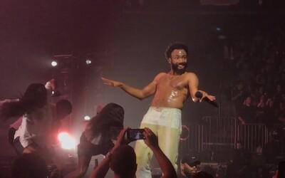 Vypněte si mobily, nebo běžte pryč, řekl na koncertu Childish Gambino fanouškům