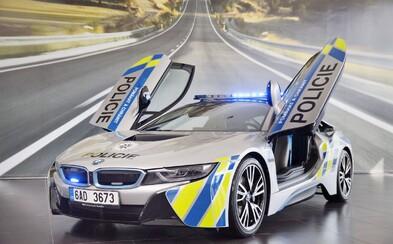 Vypůjčené luxusní BMW se policistům podařilo nabourat. Řidič vozidla za 4 miliony měl srdeční příhodu