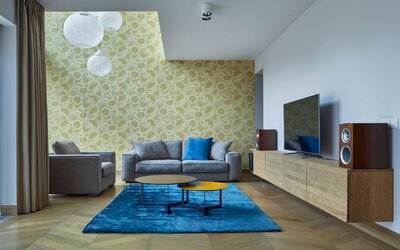 Výrazné tapety ako nosný prvok interiéru. Neobyčajný loft z Prahy bude aj tvojím tajným snom