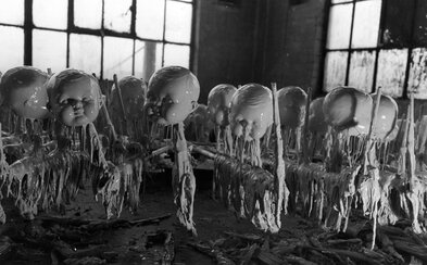 Výroba bábik z minulého storočia ako vystrihnutá z hororu. Deti na návštevu fabrík azda nikdy nezabudli