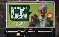 Výrobca vegánskych burgrov provokuje mäsožravcov zdanlivo vulgárnou reklamou. Za kampaň vysolil 1,6 milióna