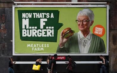 Výrobce veganských burgerů provokuje masožravce zdánlivě vulgární reklamou. Kampaň stála přes 40 milionů korun