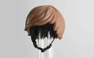 Vyrobili cyklistickou přilbu vypadající jako vlasy ze stavebnice LEGO a internet si ji okamžitě zamiloval