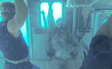Vyslobodil by si sa a prežil pád helikoptéry do mora? Hektický vojenský tréning dáva zabrať, keď sa zablokujú okná a východy