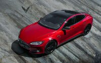 Vyšperkovaná Tesla Model S ako červeno-čierna kombinácia Alcantary a karbónu