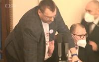 Výstup poslance Volného ve Sněmovně už řeší policie, podezírá ho z trestného činu výtržnictví