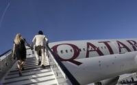 Vystúpte z lietadla a vyzlečte sa. Ženy na palube Qatar Airways zažili potupnú lekársku prehliadku
