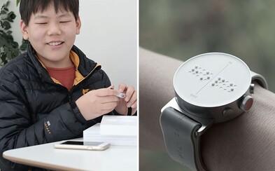 Vystupujúce Braillovo písmo im umožní prijímať správy či získať inštrukcie. Prvé inteligentné hodinky pre nevidiacich dostanú zákazníci už v marci