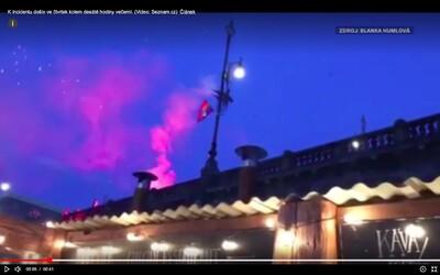 Výtržník v Praze zapálil duhovou vlajku a střílel pyrotechniku do lidí