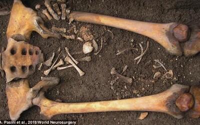 Vyvrtali jí díru do lebky a porodila až po smrti v rakvi. Středověká žena archeology zaujala unikátní kombinací