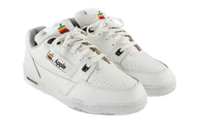 Vzácne tenisky s ikonickou značkou Apple pôjdu do aukcie. Cenovka sa môže vyšplhať na 30 000 dolárov
