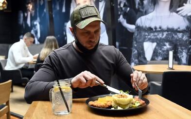 Vzbura majiteľov reštaurácií proti nariadeniam vlády pokračuje. Podporili ju aj primátor či policajti