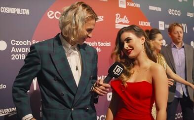 """""""Vždycky řeknu nějakou blbost a je to trapný,"""" přiznává Anna Šulcová. Jací influenceři zazářili na Czech Social Awards?"""