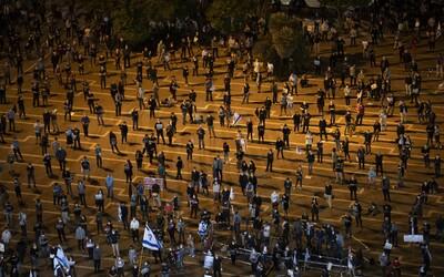 Vzorne protestujúci Izraelčania sa v tisíckach vybrali na námestie napriek pandémii koronavírusu. Odmietajú korupciu