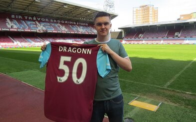 West Ham hlási novú posilu. Podpísal hráča FIFA Dragonna, ktorý získal profesionálnu zmluvu a dres s číslom 50!