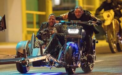 Will Smith a Martin Lawrence si pri natáčaní Bad Boys 3 užívajú bláznivú naháňačku na motorke s guľometom