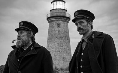 Willem Dafoe a Robert Pattinson zažívajú na záhadnom majáku psychedelickú nočnú moru plnú halucinácií