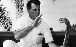 William Haast byl uštknut jedovatými hady více než 170krát, píchal si do těla injekce jedu a dožil se 100 let