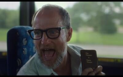 Woody Harrelson je ako Wilson vulgárny a šialený, no stále pozitívne naladený blbec